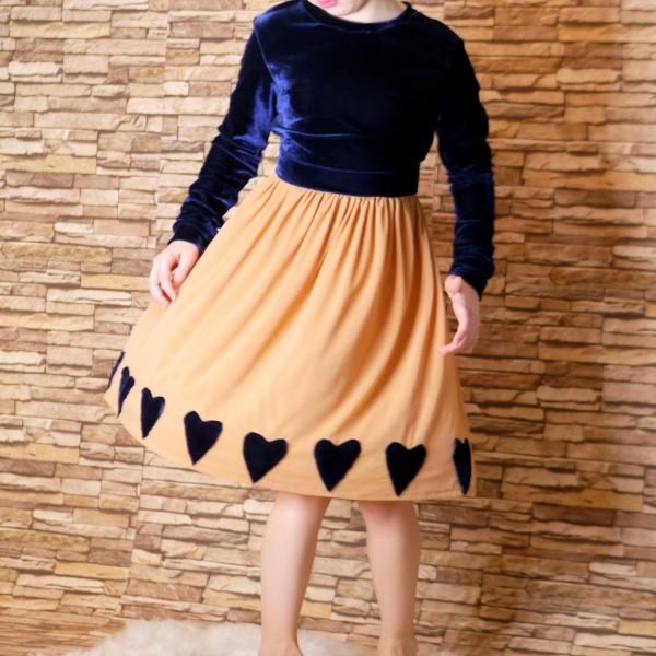 Handgemachtes Kinderkleid aus Samt und weicher Netz Stoff